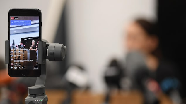 Une conférence de presse de la première ministre néo-zélandaise Jacinda Ardern, à Christchurch, le 20 mars 2019, diffusée sur Facebook Live par l'entremise d'un téléphone intelligent.