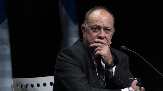 Le ministre Dubé en conférence de presse.
