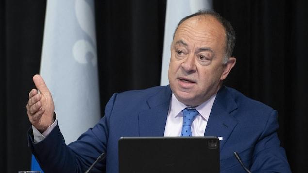 M. Dubé en conférence de presse.