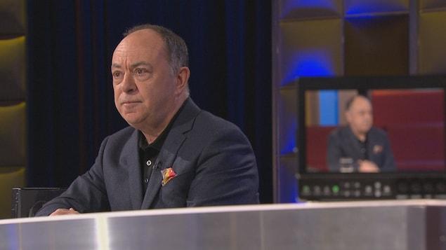Portrait de Christian Dubé sur le plateau de l'émission.