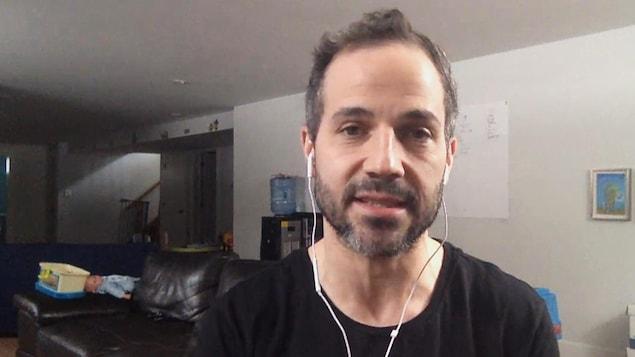 Atteint de la COVID-19, le comédien acadien Christian Essiambre témoigne de son expérience lors d'une entrevue Skype.