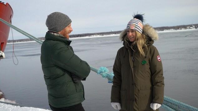Les deux personnes au port de Trois-Rivières, l'hiver