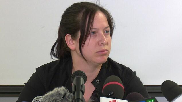 La députée Christine Moore lors de son point de presse à Rouyn-Noranda.