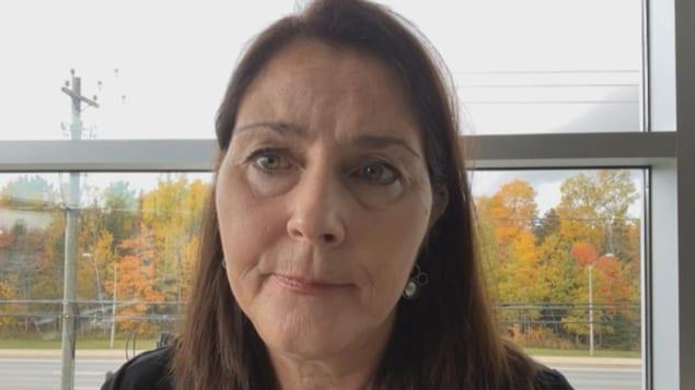 Une femme en entrevue par webcam.