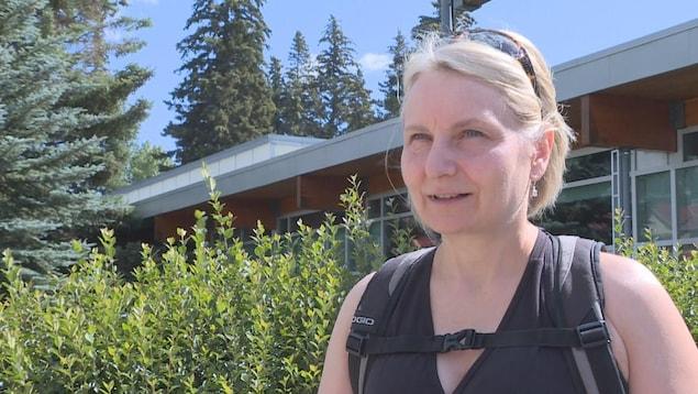 Christine Schelstraete se tient devant un bâtiment dans le village de Banff.