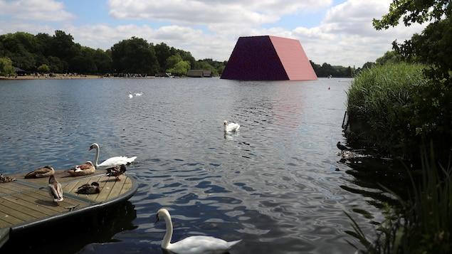 Le mastaba de 7500 bidons, installé par Christo dans Hyde Park à Londres.