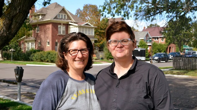 Christy Tashjian et Jenni Huntly posent pour une photo.