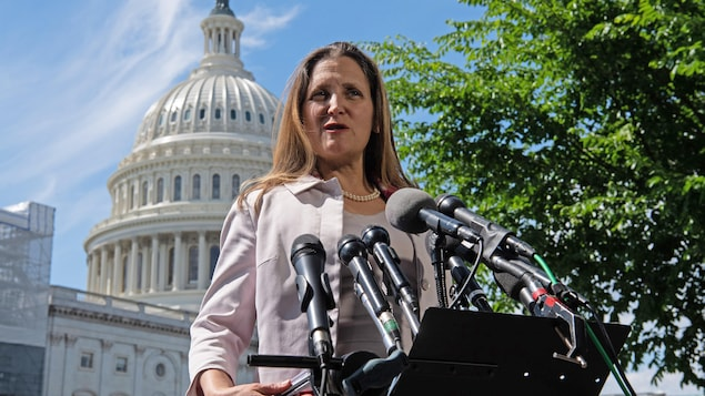 Chrystia Freeland devant le Capitole à Washington.
