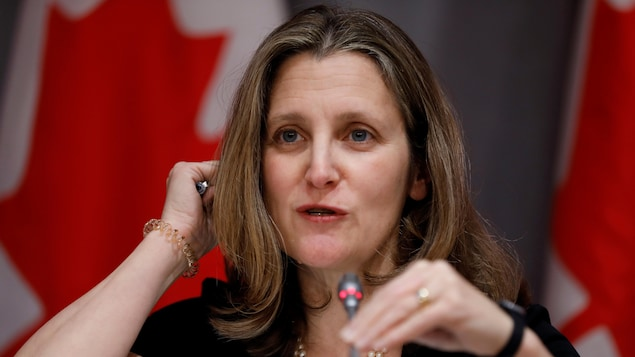 Gros plan de Chrystia Freeland durant un point de presse.
