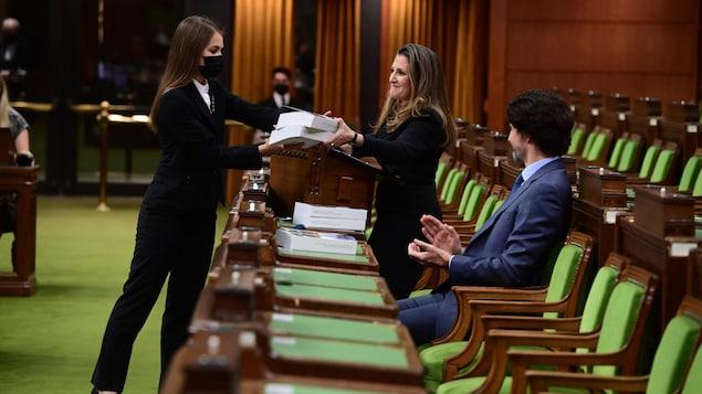 Chrystia Freeland remet des documents budgétaires à la Chambre des communes.