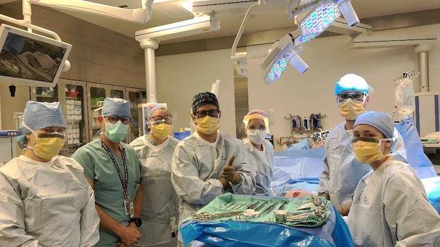 Une équipe du CHU Sainte-Justine dans une salle d'opération.