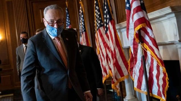 Chuck Schumer, la bouche couverte d'un masque.