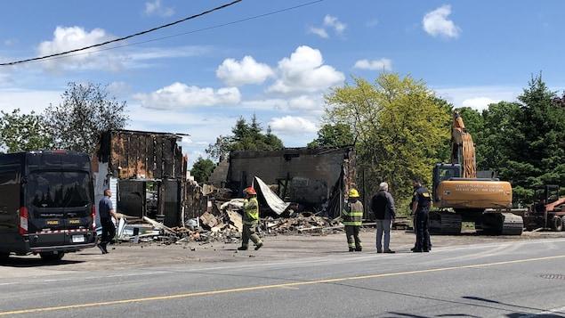 Les pompiers sont présents devant les débris de l'atelier de soudure qui a été ravagé par les flammes