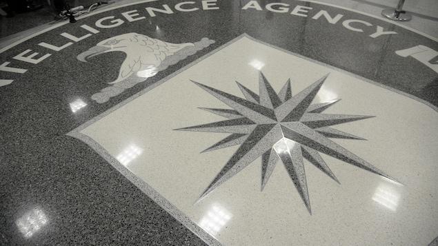 Le logo de la CIA sur le plancher du quartier général de l'agence.