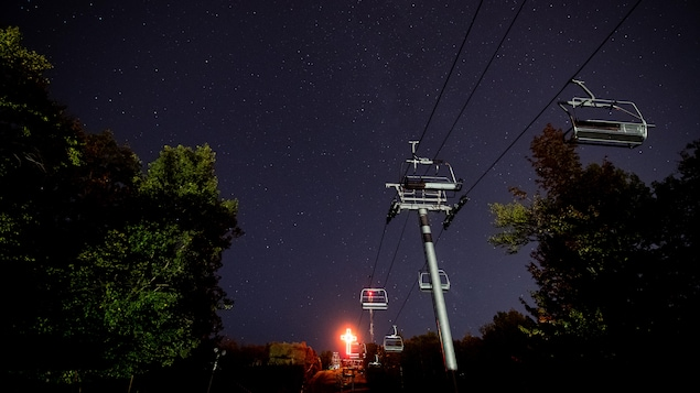 Un ciel étoilé au parc du Mont-Bellevue. En avant-plan, le remonte-pente du centre de ski.