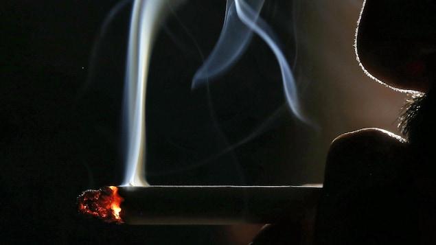 Un homme qui fume une cigarette