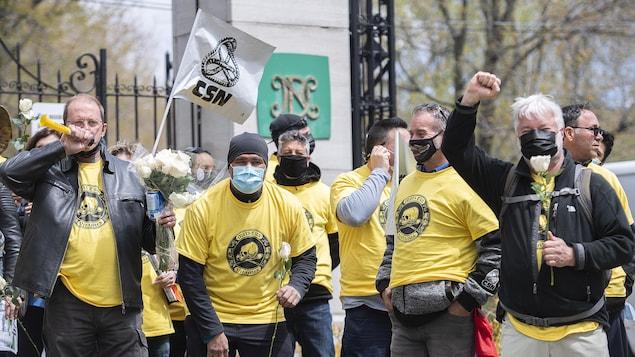 Des travailleurs manifestents.