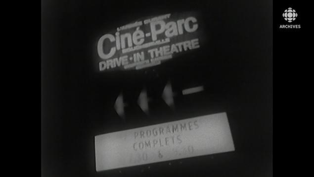 Enseigne d'un ciné-parc aussi affiché comme Drive-In Theatre.