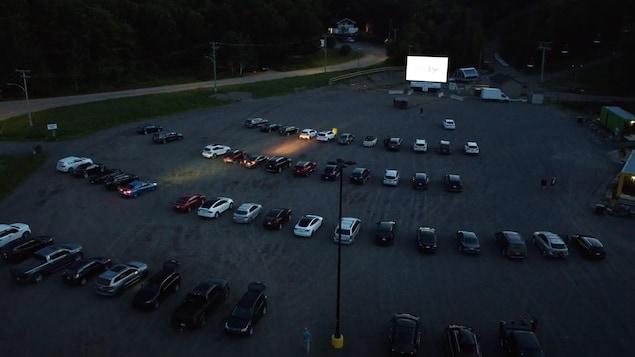 Des voitures dans un ciné-parc.