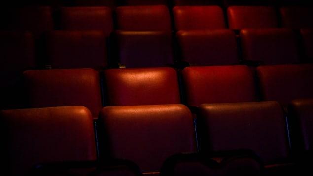 Des sièges de cinéma vides.