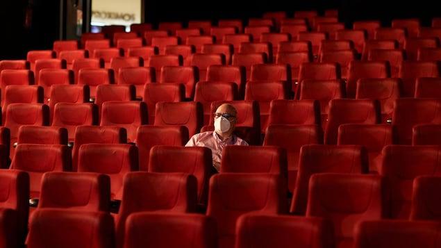 Un homme seul dans un cinéma