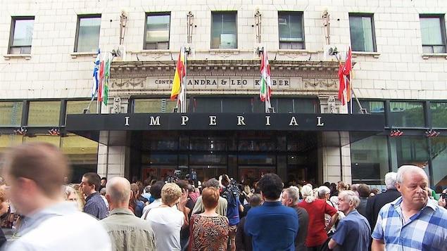 Une foule devant le cinéma Impérial.