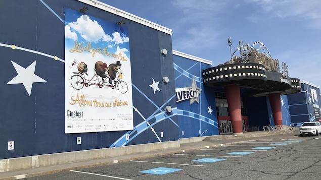 L'extérieur du cinéma Silvercity de Sudbury.