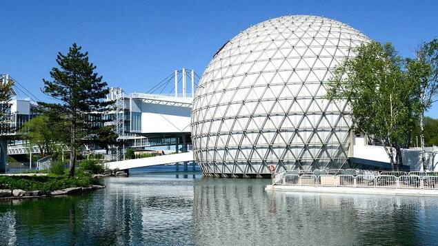 Le bâtiment en forme de sphère entouré d'eau