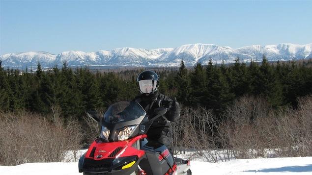 Un motoneigiste devant les monts Chic-Chocs.