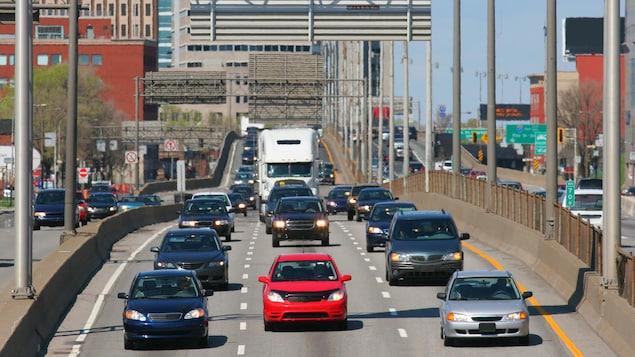 Des voitures sur une voie rapide.