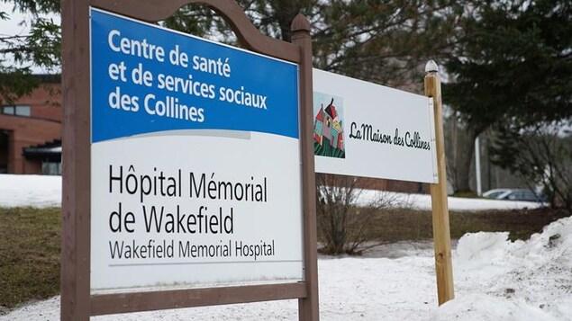 Une affiche de l'Hôpital Mémorial de Wakefield et de la Maison des Collines.