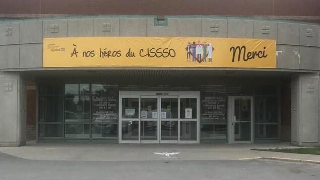 Une banderole devant un établissement de santé sur laquelle on peut lire : À nos héros du CISSSO.