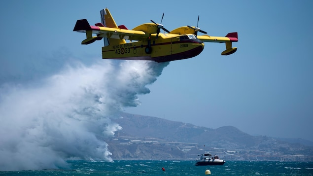 Un avion CL-215 de Canadair laisse tomber de l'eau lors du salon international de l'aviation de Torre del Mar, le 29 juillet 2018.