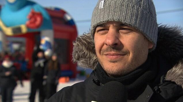 L'humoriste et invité spécial de la journée, Pierre Hébert, accorde une entrevue à Radio-Canada.