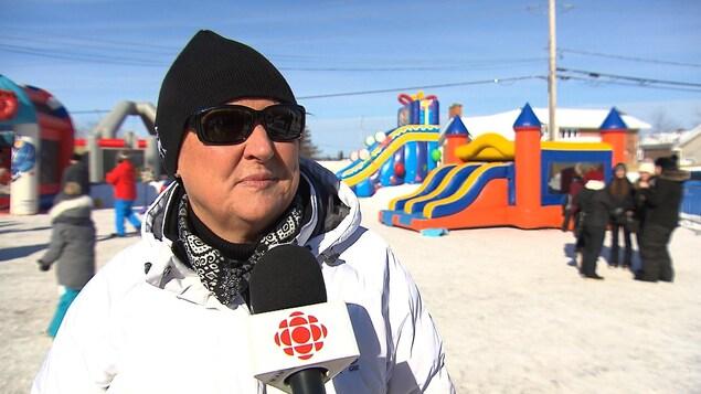 Josée Scalabrini accorde une entrevue lors de la classe de neige au parc Holliday de Sept-Îles.