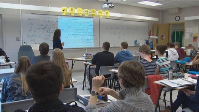 Une enseignants devant ses élèves