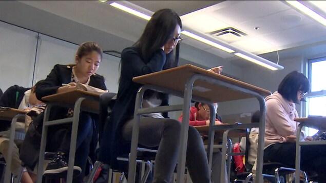 Des étudiantes en salle de classe.