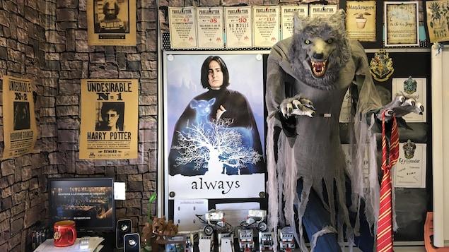 Un mur de classe d'école primaire est décoré sous le thème d'Harry Potter.