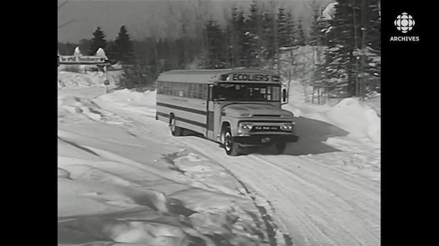 Un autobus scolaire roule sur le site de la base de plein air P'tit bonheur dans les Laurentides.