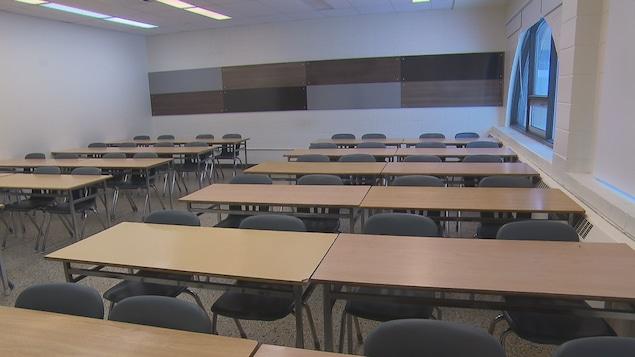Une classe sans étudiant au Cégep de Chicoutimi.