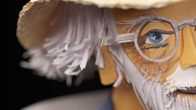 Le visage de Claude Lafortune en sculpture de papier.