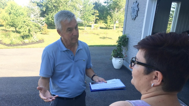 Le progressiste-conservateur Claude Landry multiplie les visites à domicile en abordant la question des soins de santé.
