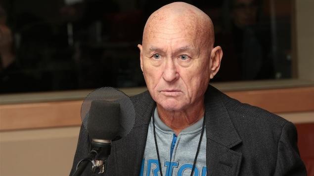 L'homme en entrevue à la radio.