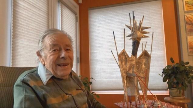 L'artiste visuel Claude Roussel et sa sculpture «L'ange anti COVID».