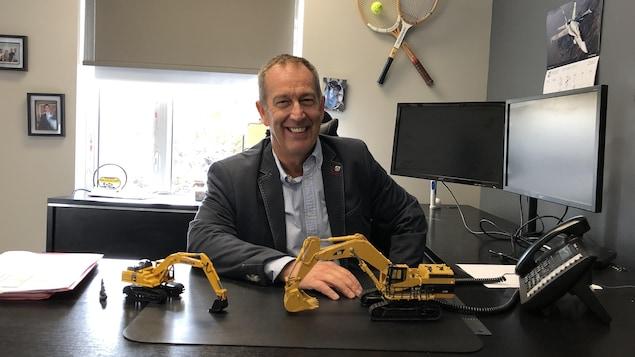 Clément Gauvin souriant dans son bureau
