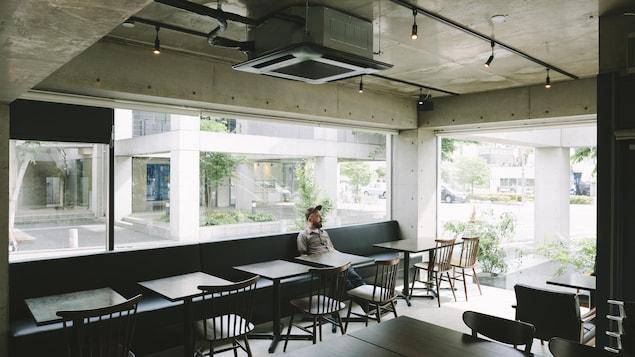 Un homme seul dans un café.