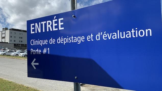 Une affiche près de l'entrée de l'hôpital de Val-d'Or indique où se trouve la clinique de dépistage.