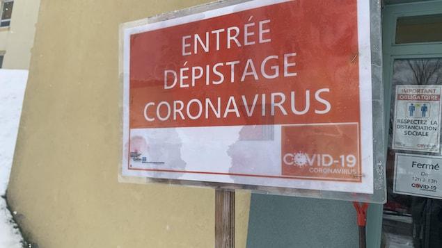 L'affiche indique aux usagers où aller pour entrer dans la clinique.