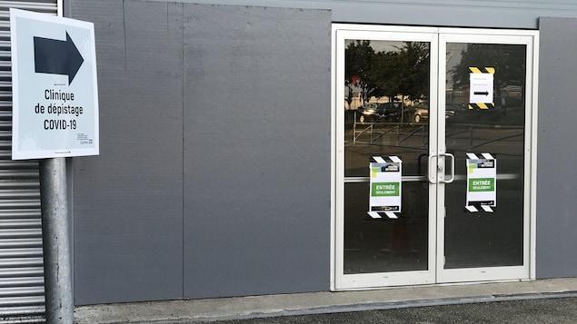 L'entrée de la clinique de dépistage de COVID-19 au Centre des foires.