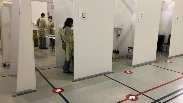 Cubicules où sont effectués des tests de dépistage.